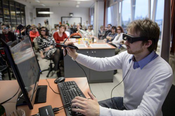 Rátai Dániel, a Leonar3Do virtuális rendszer feltalálója a salgótarjáni Bolyai János Gimnázium természettudományi laboratóriumában tartott szakmai napon 2015. január 22-én (MTI Fotó: Komka Péter)