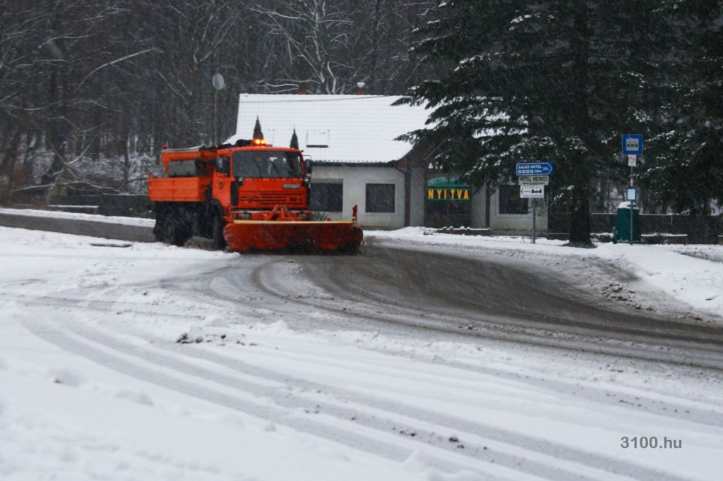 3100.hu Fotó: A Magyar Közút munkagépe tisztítja az utat Eresztvényben