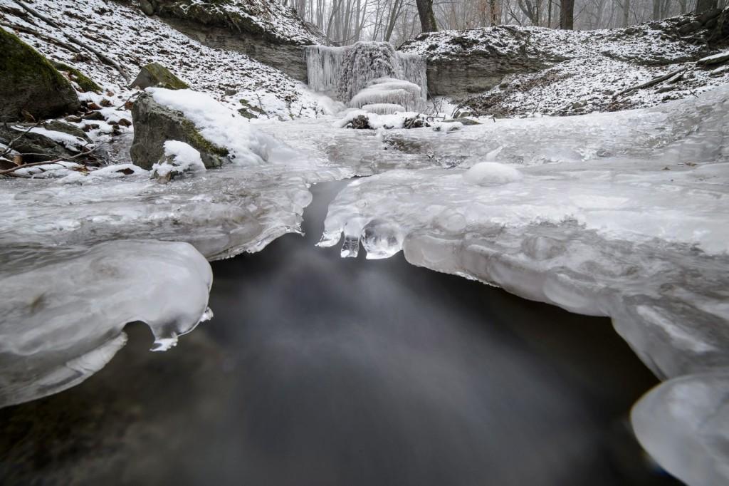 Jégalakzatok, amelyeket egy patak lezúduló vize hozott létre Salgótarján közelében (MTI Fotó: Komka Péter)