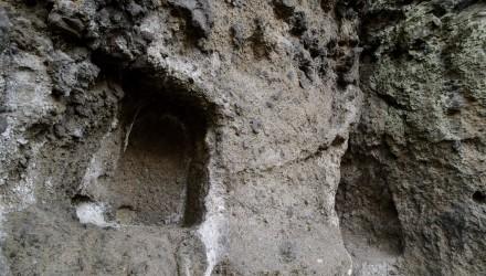 A salgótarjáni Pécs-kő sziklájába faragott kőfülkék. A védetté nyilvánított magyarországi kaptárkövek közé sorolt Pécs-kő északi sziklafalán 4 fülke található, amelyből egy a bükkaljai fülkékkel megegyező alakú, kettő viszont fekvő formátumú. (MTI Fotó: Komka Péter)