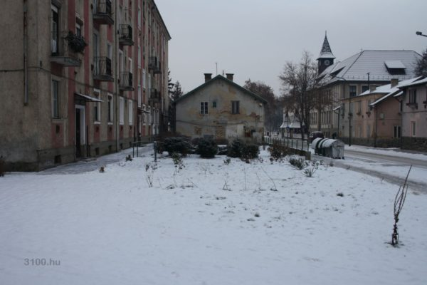 Egy korábban lebontott épület helye mellett egy befalazott az Acélgyári út páratlan oldalán (Fotó: 3100.hu)