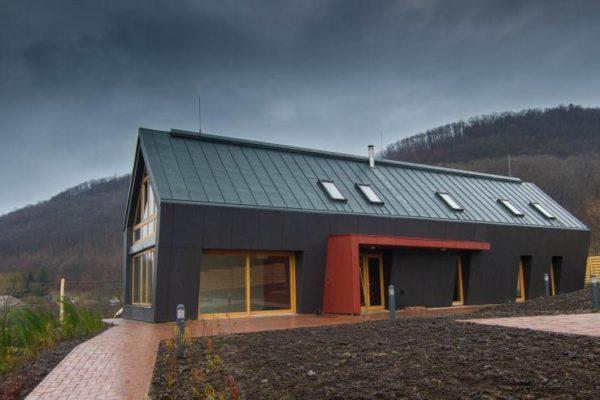Hamarosan elkészül a somoskői fogadóközpont, melynek formája a néhány száz méterre található bazaltoszlopokra utal (Forrás: nyugattolkeletig.ipolyerdo.hu)