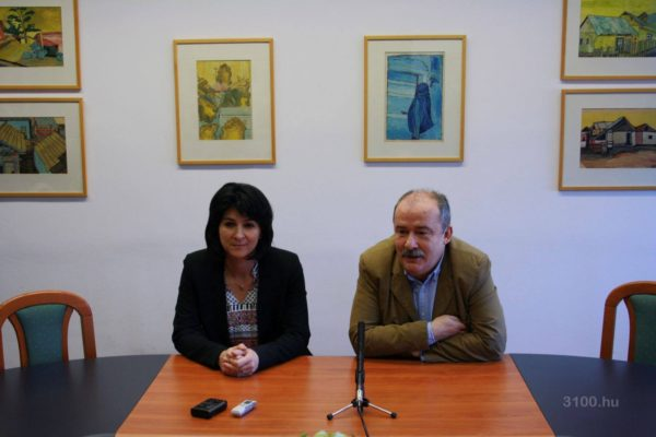 Tóthné dr. Kerekes Andrea jegyző és Dóra Ottó polgármester a sajtótájékoztatón (Fotó: 3100.hu)