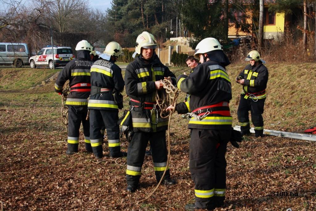Jégről mentési gyakorlaton a nógrádi tűzoltók Salgótarjánban (Fotó: 3100.hu)