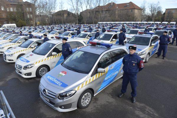 A rendőrség új szolgálati gépjárműveinek ünnepélyes átadása Budapesten, a Készenléti Rendőrség bázisán 2014. december 23-án (MTI Fotó: Koszticsák Szilárd)