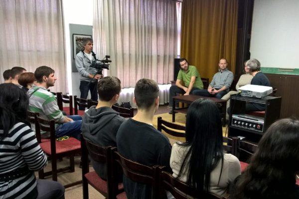 A résztvevő diákok a helyi sajtó képviselőinek tehettek fel kérdéseket a Balassi Bálint Megyei Könyvtárban (Fotó: Tarnóczi László)