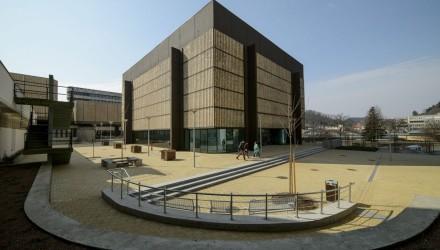 Az Apolló Centrum épülete a felújított Múzeum téren (MTI Fotó: Komka Péter)