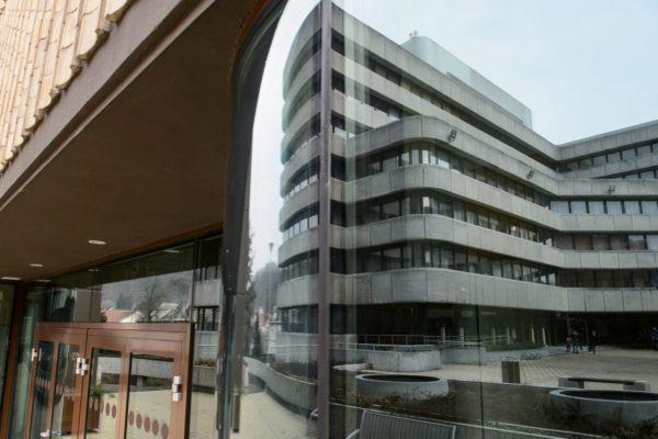 A városháza tükröződik az Apolló Centrum ablakain a felújított Múzeum téren (MTI Fotó: Komka Péter)