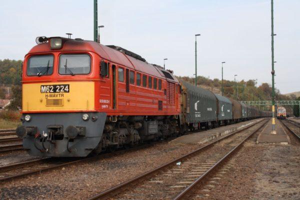 3100.hu Fotó: Teher- és személyvonat együttállása Somoskőújfalu vasútállomásán