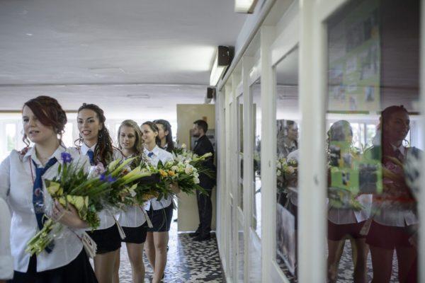 Ballagás a salgótarjáni Bolyai János Gimnáziumban - továbbtanulni még biztosan elmennek, de dolgozni vajon visszajönnek? (MTI Fotó: Komka Péter)