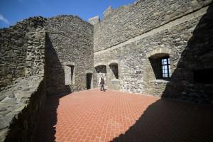 A felújított hollókői vár az átadás napján, 2015. május 7-én. A majdnem egy évig tartó munka eredményeként látogathatóvá vált a 700 éves vár Öregtornya, a felső várban visszaállították a 13. századi konyhát, ebédlőt és várúri lakrészt, az alsó várban pedig a 16. században épült gazdasági épületeket állították helyre. (MTI Fotó: Komka Péter)