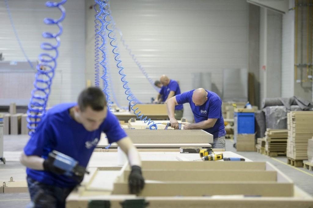 Dolgozók a Sinia Bútorgyártó Kft. újonnan átadott ülőbútorgyártó üzemében (MTI Fotó: Komka Péter)