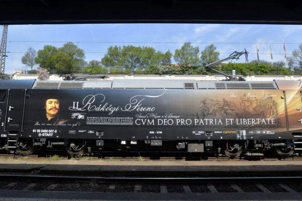A csíksomlyói búcsúba közlekedő II. Rákóczi Ferenc mozdony Budapesten, a Nyugati pályaudvaron 2015. április 27-én. A mozdony a magyar síneken egyre nagyobb számban megjelenő Bombardier TRAXX típus, egyedi matricázással ellátva. (MTI Fotó: Máthé Zoltán)