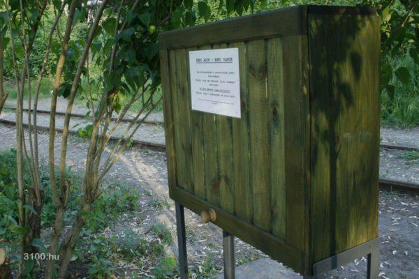 3100.hu Fotó: Zöld doboz az Acélgyári úton, a Szent József Plébániatemplom előtti parkban
