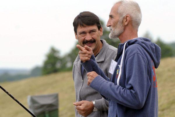 Kiemelt fotó: Áder János köztársasági elnök és Bessenyei Péter műrepülő-világbajnok a Maconkai víztározónál rendezett horgászversenyen. Az államfő negyedik lett a versenyen. (MTI Fotó: Máthé Zoltán)
