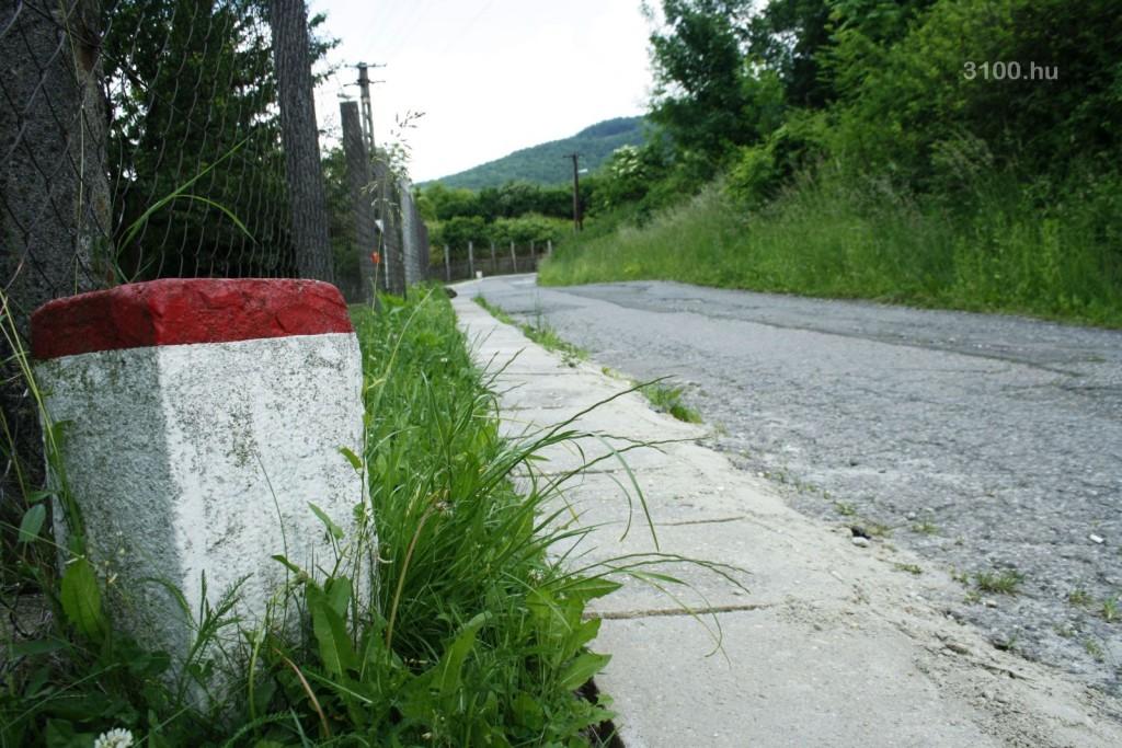 3100.hu Fotó: Határátlépés Somoskőújfaluban, a Bethlen Gábor utcában: innen a következő határkőig Szlovákiában vezet az út