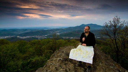 rakfalvi Péter, a Novohrad - Nógrád Geopark geológusa a salgótarján feletti Pécskő csúcsán (Fotó: Novohrad - Nógrád Geopark Nonprofit Kft. | Drexler Szilárd)