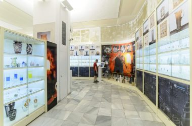 A Salgótarjáni Öblösüveggyár történeti és üvegművészeti tanulmányi raktárának 400 négyzetméterén több mint ötezer tárggyal mutatják be a helyi üveggyártás 120 éves történetét. A nagyközönség előtt június 20-án, a Múzeumok éjszakáján nyitják meg a tárlatot. (MTI Fotó: Komka Péter)