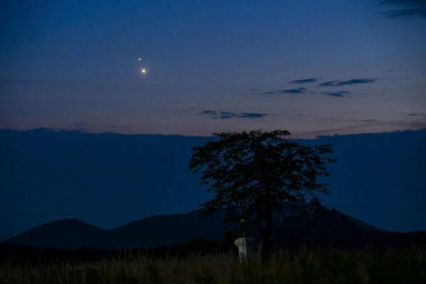 A Vénusz (lent) és a Jupiter (fent) együttállása Salgótarján közeléből fotózva 2015. június 30-án. A két bolygó körülbelül egyharmad foknyira látszott egymástól. (MTI Fotó: Komka Péter)