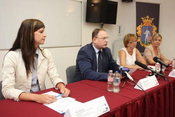 """Az """"e-GÉSZSÉG"""" - Innovatív megoldásokkal Nógrád megye munkaképességéért projekt nyitó sajtótájékoztatójának résztvevői"""