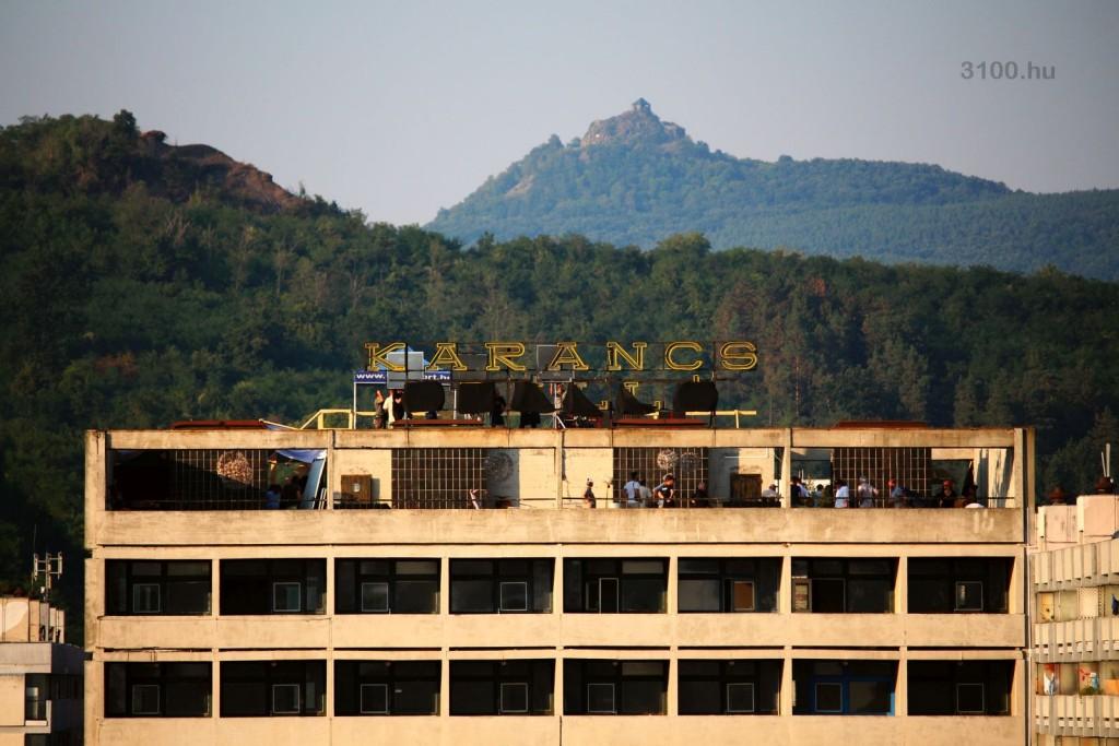 3100.hu Fotó: A forgatás egyik városi helyszíne a(z egykori) Karancs Szálló