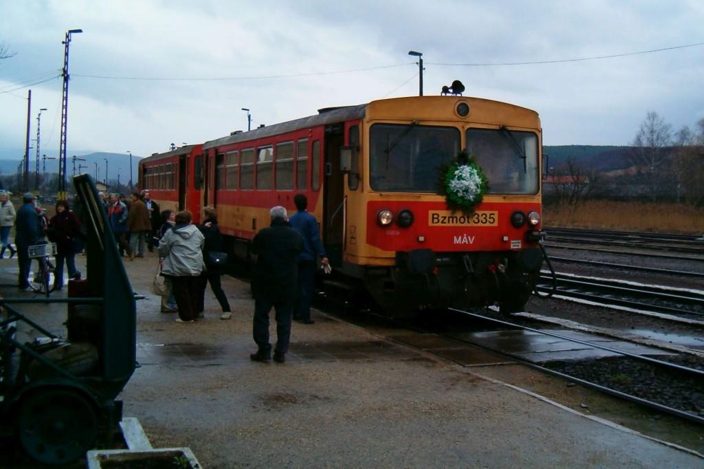 Felkoszorúzott vonat az utolsó közlekedési napon Kisterenyén, 2007-ben (3100.hu Archív)