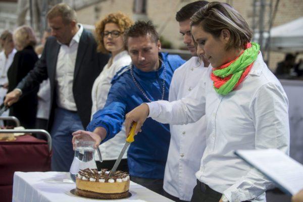 Risztov Éva olimpiai bajnok úszó felvágja Magyarország tortáját az augusztus 20-i nemzeti ünnepen a Várkert Bazár előtt felállított színpadon 2015. augusztus 20-án. Idén a Pannonhalmi sárgabarack-pálinkás karamelltorta lett az ország tortája, Risztov Éva mellett készítője, Szó Gellért áll. (MTI Fotó: Kallos Bea)