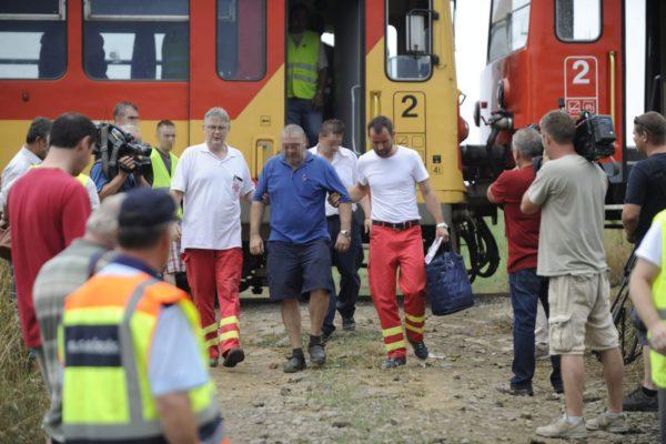 Az egyik sérültet kísérik a mentők (MTI Fotó: Mihádák Zoltán)