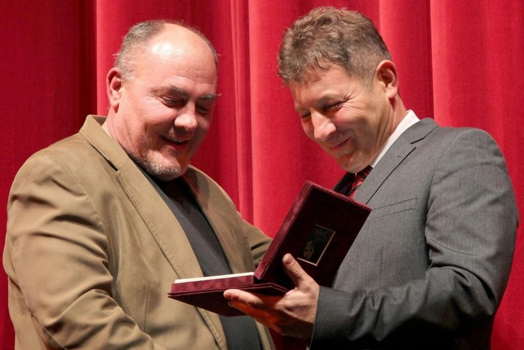 Albert Péter részére Simon Lajos adta át a Zenthe Ferenc Emlékplakettet (Fotó: P. Tóth László)