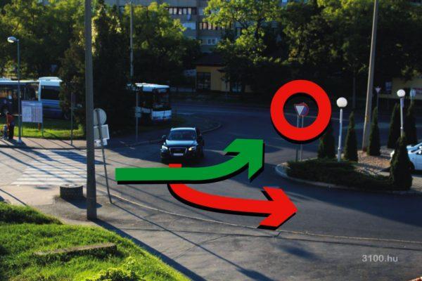 3100.hu Fotó: Szabályosan, mérsékelt sebességgel érkező, kanyarodási irányát is jelző autós a kérdéses kereszteződésben