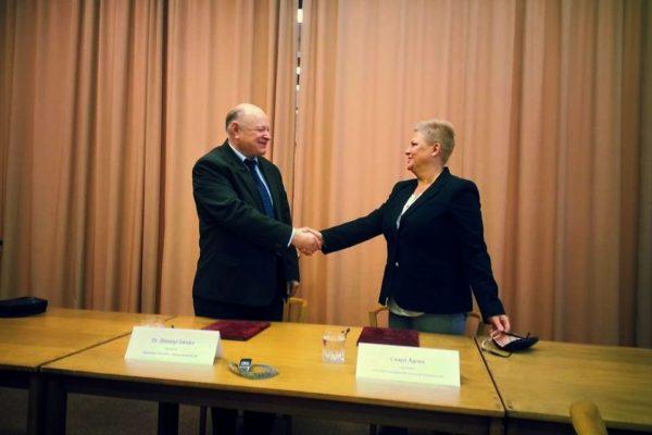 Cégvezetői kézfogás a megállapodás aláírását követően (Fotó: Salgótarjáni Innovációs Központ Nonprofit Kft.)