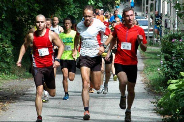 Széll Tamás (balra) a VIII. Futapest - Zebegény terepfutó versenyen (Forrás: Futapest Klub | Google+)