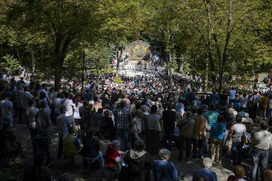 Hívők a mátraverebély-szentkúti nemzeti kegyhelyen tartott szentmisén, amelyet Erdő Péter bíboros, esztergom-budapesti érsek celebrált 2014. augusztus 17-én, a főbúcsú napján (MTI Fotó: Komka Péter)
