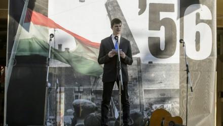 Dániel Zoltán alpolgármester beszédet mond az '56-os forradalom és szabadságharc emléknapján rendezett megemlékezésen (MTI Fotó: Komka Péter)