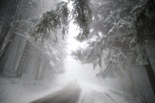 Járókelő a behavazott úton tavaly november 25-én Kékestetőn, az első hó alkalmával (MTI Fotó: Komka Péter)