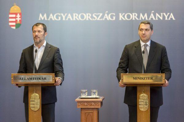Giró-Szász András kormányzati kommunikációért felelős államtitkár és Lázár János Miniszterelnökséget vezető miniszter (Fotó: Árvai Károly/Miniszterelnökség)