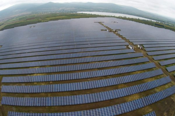 A drónnal készült felvételen a Mátrai Erőmű Zrt. 16 megawattos naperőműve Visonta közelében (MTI Fotó: Ruzsa István)