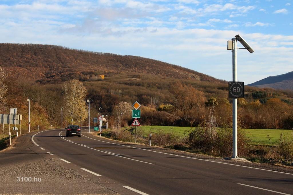 3100.hu Fotó: Változtatható jelzésképű tábla a 21-es számú főút sámsonházai elágazójának közelében található buszmegállónál