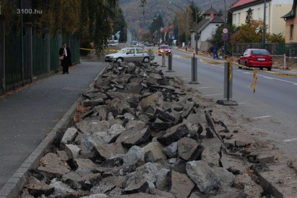 3100.hu Fotó: Útfelbontás a Kórház főbejáratának közelében