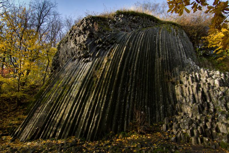 A somoskői bazaltorgona, mely a felette álló várral a Novohrad–Nógrád Geopark szimbóluma is egyben (Forrás: www.nngeopark.eu)