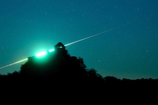 Egy tűzgömb látszik a salgói vár mögött Salgótarján közeléből fotózva 2015. október 31-én. Tűzgömbnek a Vénusznál fényesebb meteorokat nevezik. (MTI Fotó: Komka Péter)