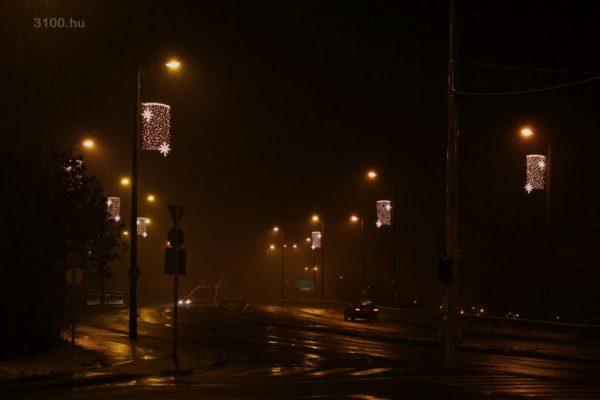 3100.hu Fotó: Zagyvapálfalván már kihelyezték a karácsonyi fényfüzéreket