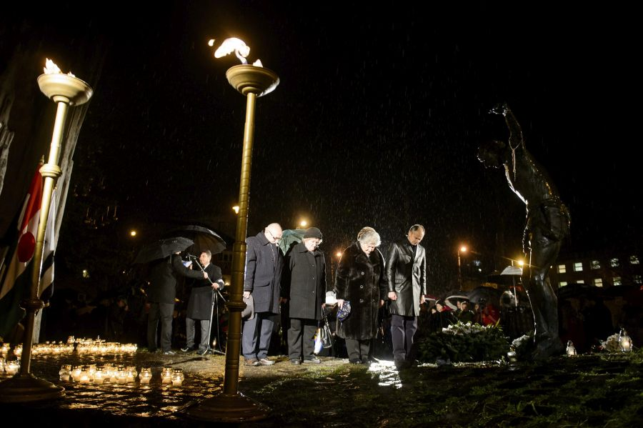 Résztvevők koszorúznak az 1956. december 8-ai salgótarjáni sortűz 58. évfordulóján tartott megemlékezésen (MTI Fotó: Komka Péter)