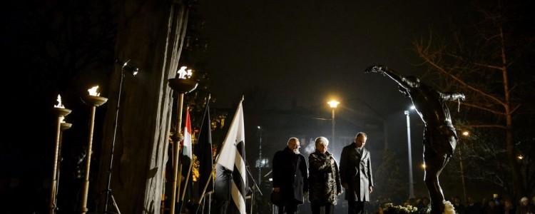 Résztvevők koszorúznak az 1956. december 8-i salgótarjáni sortűz 59. évfordulóján tartott megemlékezésen a salgótarjáni December 8. emlékparkban 2015. december 8-án (MTI Fotó: Komka Péter)