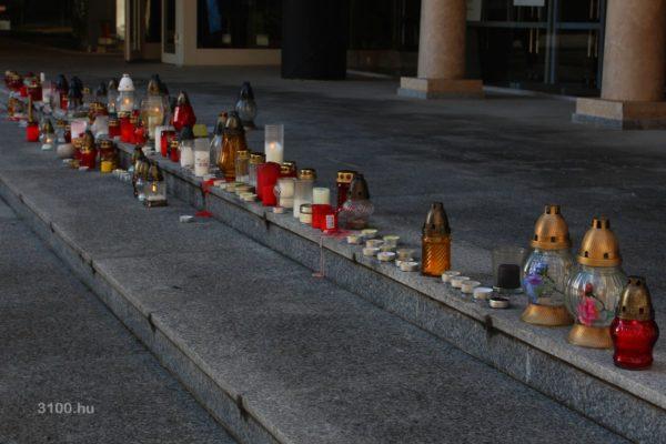 3100.hu Fotó: Az emlékezés mécsesei, gyertyái a Polgármesteri Hivatal előtt