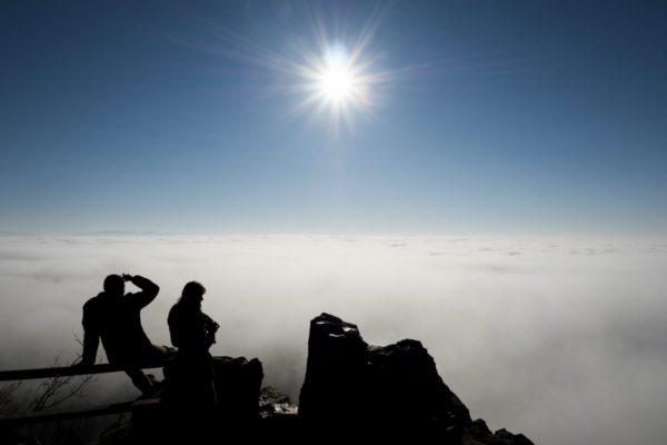 Kilátás a köd fölé magasodó Salgóról (MTI Fotó: Komka Péter)
