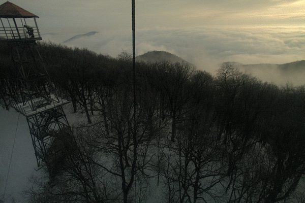 A Karancs csúcsán elhelyezett webkamera képe is jól mutatja: beült a völgybe a köd és a pára. Ez az alapvető okozója a helyzetnek. (Forrás: Karancs webkamera | www.karancs-medves.starjan.hu)