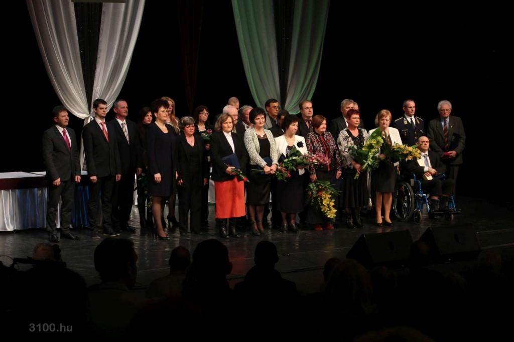 3100.hu Fotó: A díjátadók és a kitüntetettek