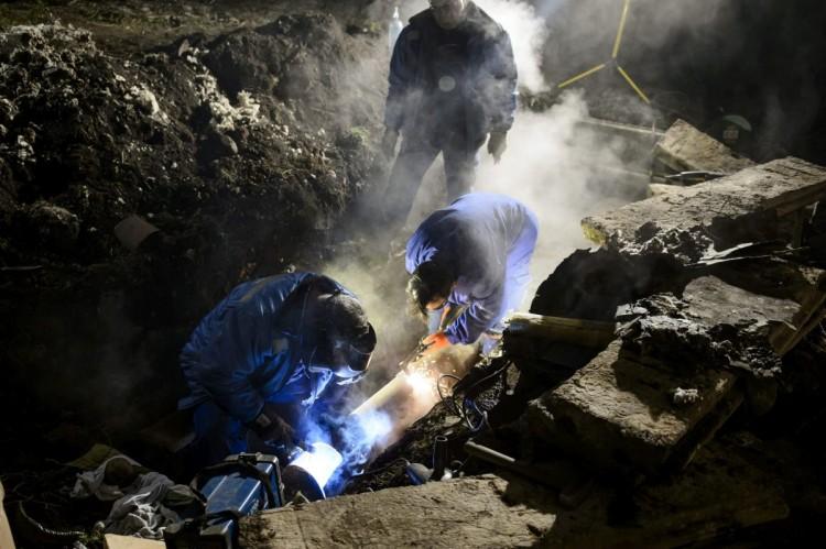 A Salgó Vagyon Kft. szakemberei a meghibásodott, 200 milliméteres távfűtővezeték javításán dolgoznak (MTI Fotó: Komka Péter)