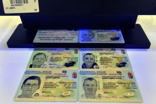 Az új típusú, elektronikus személyazonosító igazolványok (MTI Fotó: Máthé Zoltán)